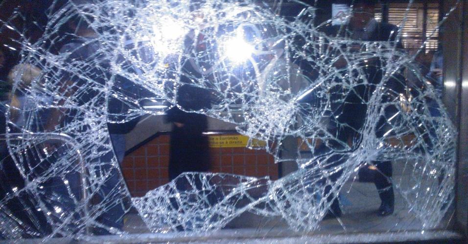 6.jun.2013 - Vidro da estação Brigadeiro, na avenida Paulista, região central de São Paulo, é depredado por manifestantes durante protesto contra o aumento da tarifa de ônibus de R$ 3 para 3,20