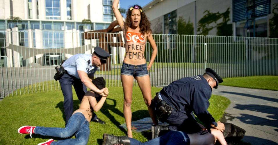 7.jun.2013 - Ativistas do grupo Femen são detidas durante protesto contra o primeiro-ministro tunisiano Ali Larayedh, diante da chancelaria, em Berlim, onde a chanceler alemã Angela Merkel irá encontrá-lo nesta sexta-feira (7). A ação apoia Amina Sboui, ativista do Femen presa na Tunísia