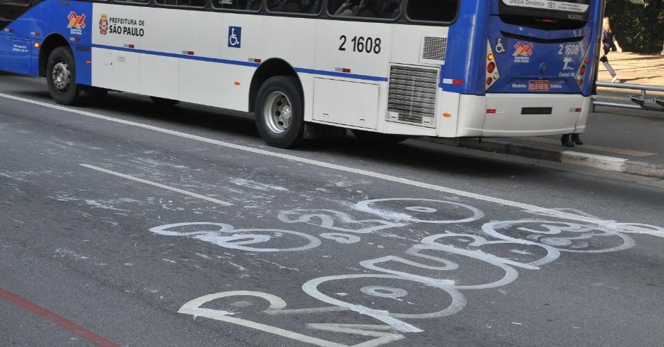 7.jun.2013 - Avenida Paulista, na região central de São Paulo, amanhece com pichações nesta sexta-feira (7), após protesto contra o aumento da tarifa do transporte público de R$ 3,00 para R$ 3,20