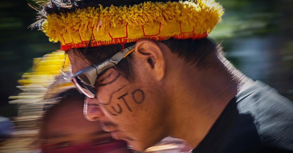 7.jun.2013 - Índios das etnias terena e kadiwéu e integrantes do MST (Movimento dos Trabalhadores Rurais Sem Terra) realizam protesto a favor da reintegração de terra na região de Sidrolândia (MS) e contra a morte do índio Oziel durante confronto com a polícia, na praça Rádio Clube, em Campo Grande, na manhã desta sexta-feira