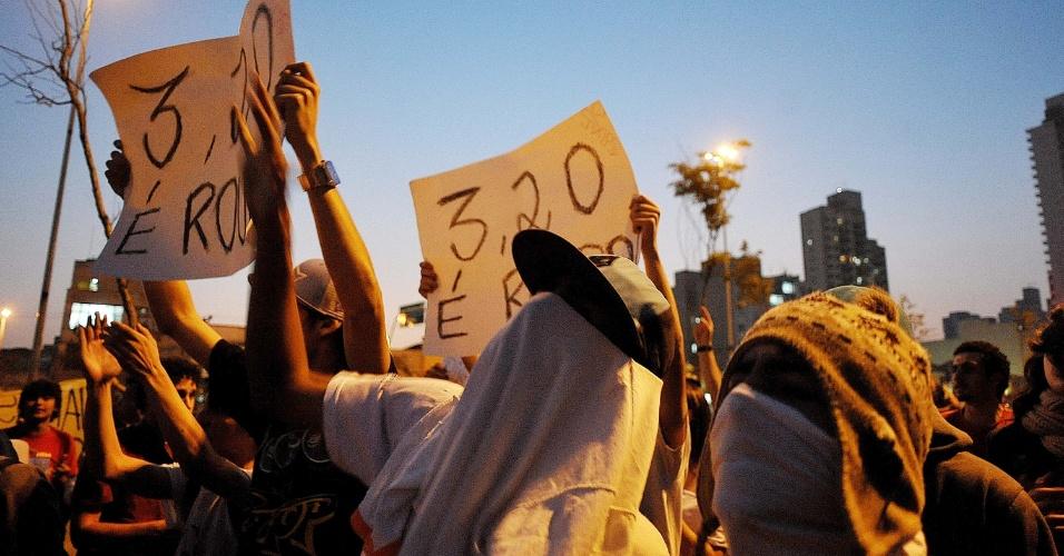 """7.jun.2013 - Manifestantes protestam contra o aumento da tarifa de ônibus no largo da Batata, região oeste de São Paulo, no segundo dia de protestos na capital. O valor subiu de R$ 3 para R$ 3,20. Manifestantes carregam cartazes, bandeiras e já entregam folhetos com informações sobre o próximo protesto, marcado para as 17h de terça-feira (11) na praça do Ciclista, na avenida Paulista. O tema do protesto é """"Se a tarifa não baixar, São Paulo vai parar"""""""