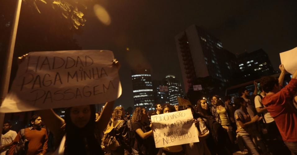 """7.jun.2013 - Manifestantes protestam contra o aumento da tarifa do transporte público em São Paulo (SP), na região do largo da Batata, na zona oeste. O valor da tarifa subiu de R$ 3 para R$ 3,20. Manifestantes carregam cartazes, bandeiras e já entregam folhetos com informações sobre o próximo protesto, marcado para as 17h de terça-feira (11) na praça do Ciclista, na avenida Paulista. O tema do protesto é """"Se a tarifa não baixar, São Paulo vai parar"""""""