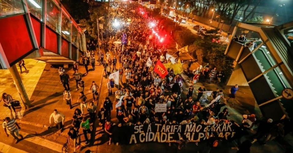 """7.jun.2013 - Manifestantes se aglomeraram na avenida Rebouças, antes de chegar à marginal Pinheiros, em novo protesto contra o aumento das passagens de ônibus, metrô e trens, em Pinheiros, na zona oeste de São Paulo, no fim da tarde desta sexta-feira. Nesta quinta-feira (6), o movimento """"Passe Livre"""" promoveu uma manifestação na região central da cidade. O protesto acabou em confronto com a polícia e deixou rastros de vandalismo em avenidas como a 23 de Maio, a Nove de Julho e Paulista. Com isso, 15 pessoas foram detidas"""