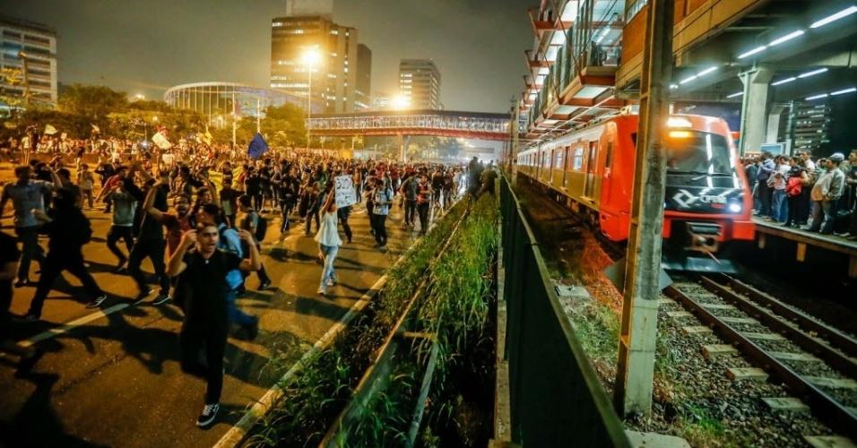 """7.jun.2013 - Manifestantes seguem em protesto contra o aumento da tarifa de ônibus na marginal Pinheiros, região oeste de São Paulo, no segundo dia de manifestações na capital. A polícia cerca a área e usa gás lacrimogêneo para conter os participantes. O valor da tarifa subiu de R$ 3 para R$ 3,20. Manifestantes carregam cartazes, bandeiras e já entregam folhetos com informações sobre o próximo protesto, marcado para as 17h de terça-feira (11) na praça do Ciclista, na avenida Paulista. O tema do protesto é """"Se a tarifa não baixar, São Paulo vai parar"""""""