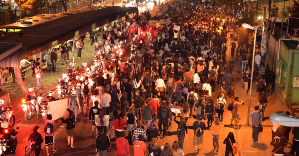 """7.jun.2013 - Manifestantes seguem pela avenida Rebouças em novo protesto contra o aumento das passagens de ônibus, metrô e trens, em Pinheiros, na zona oeste de São Paulo, no fim da tarde desta sexta-feira. Nesta quinta-feira (6), o movimento """"Passe Livre"""" promoveu uma manifestação na região central da cidade. O protesto acabou em confronto com a polícia e deixou rastros de vandalismo em avenidas como a 23 de Maio, a Nove de Julho e Paulista. Com isso, 15 pessoas foram detidas"""