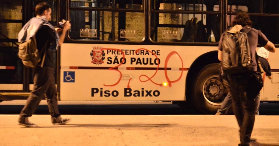 """7.jun.2013 - Ônibus é pichado na região do Largo da Batata, na zona oeste de São Paulo (SP), durante novo protesto contra o aumento das passagens de ônibus, metrô e trens, nesta sexta-feira. O valor subiu de R$ 3 para R$ 3,20. Manifestantes carregam cartazes, bandeiras e já entregam folhetos com informações sobre o próximo protesto, marcado para as 17h de terça-feira (11) na praça do Ciclista, na avenida Paulista. O tema do protesto é """"Se a tarifa não baixar, São Paulo vai parar"""""""