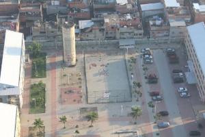 """7.jun.2013 - Quadra na comunidade de Manguinhos, na zona norte do Rio, com as inscrições """"CV"""" e """"PCC"""""""