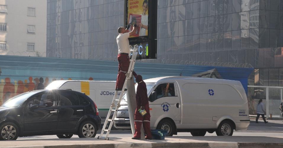 7.jun.2013 - Relógio na avenida Paulista, na região central de São Paulo, recebe reparos nesta sexta-feira (7), após protesto contra o aumento da tarifa do transporte público de R$ 3,00 para R$ 3,20