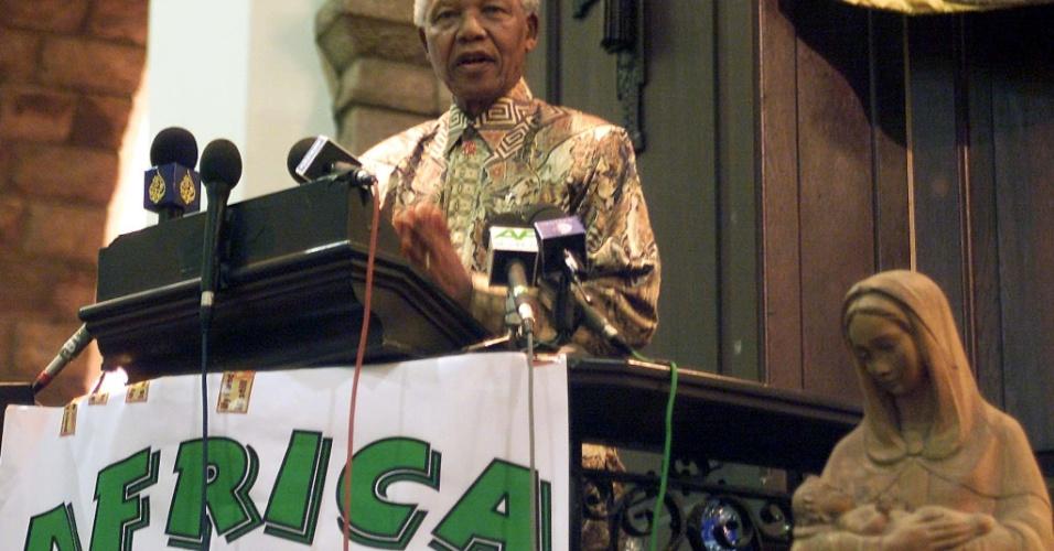 O ex-presidente sul-africano Nelson Mandela discursa em Johannesburg e pede mais compaixão aos doentes de Aids