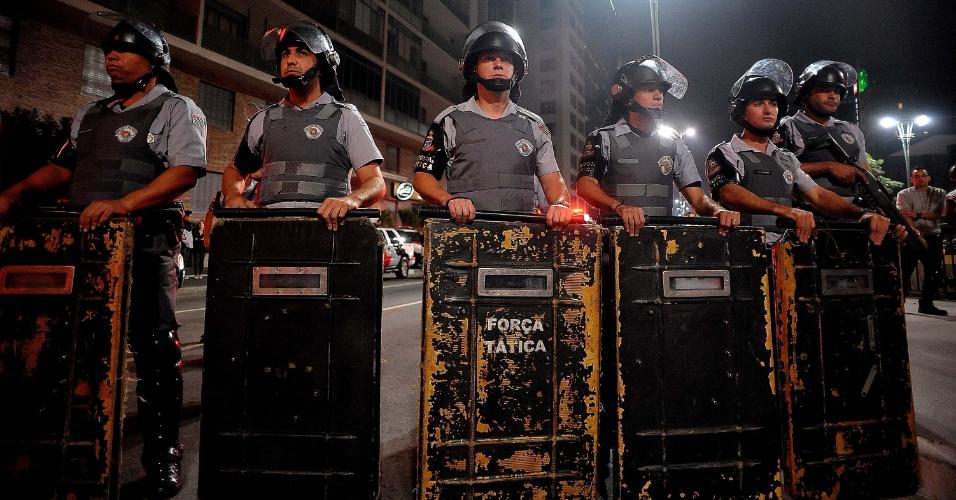 7.jun.2013 - Policiais montam guarda diante de manifestantes que se aglomeraram na avenida Paulista, em São Paulo (SP), depois de passar pelo Largo da Batata e pelas avenidas Faria Lima e Rebouças, em novo protesto contra o aumento das passagens de ônibus, metrô e trens