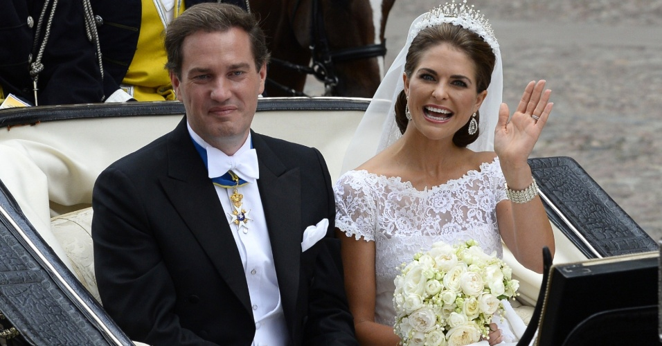 8.jun.2013 - A princesa Madeleine, filha mais nova do rei da Suécia, acena para multidão que acompanhou seu casamento com o o financista americano Christopher O'Neill, em Estocolmo