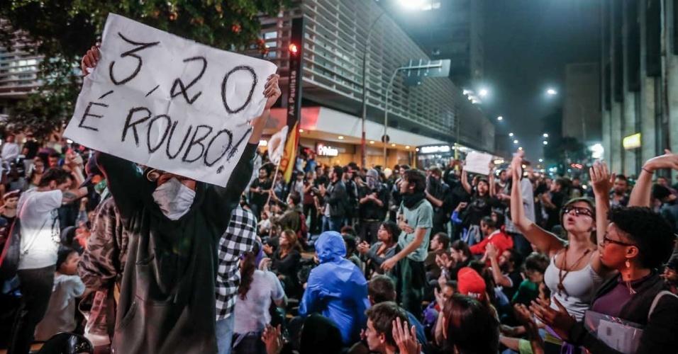 8.jun.2013 - Manifestantes se aglomeram avenida Paulista, em São Paulo (SP), depois de passar pelo Largo da Batata e pelas avenidas Faria Lima e Rebouças, em novo protesto contra o aumento das passagens de ônibus, metrô e trens