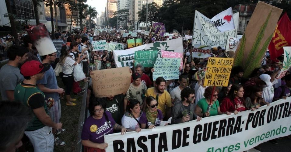8.jun.2013 - Manifestantes se reúnem na avenida Paulista na tarde deste sábado (8) para mais uma Marcha da Maconha na capital paulista. O principal alvo desta edição do protesto é um projeto de lei aprovado na Câmara que endurece a repressão às drogas