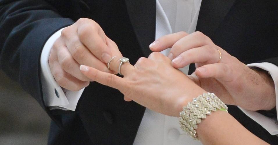 8.jun.2013 - Momento em que o financista norte-americano Christopher O'Neill coloca a aliança na mão da princesa Madeleine, filha mais nova do rei da Suécia