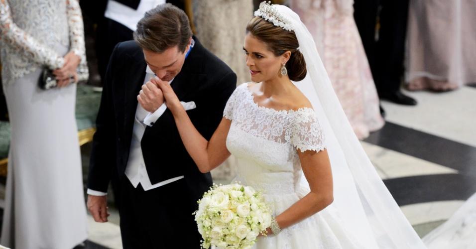 8.jun.2013 - O financista norte-americano Christopher O'Neill beija a mão da princesa Madeleine, filha mais nova do rei da Suécia, durante cerimônia de casamento