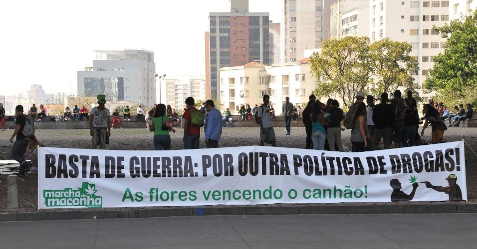8.jun.2013 - Preparativos para a Marcha da Maconha, que será realizado na Avenida Paulista em São Paulo (SP), neste sábado (8).