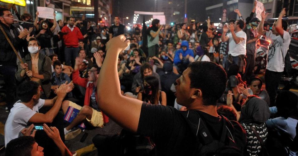 Manifestantes se aglomeram avenida Paulista, em São Paulo (SP), depois de passar pelo Largo da Batata e pelas avenidas Faria Lima e Rebouças, em novo protesto contra o aumento das passagens de ônibus, metrô e trens