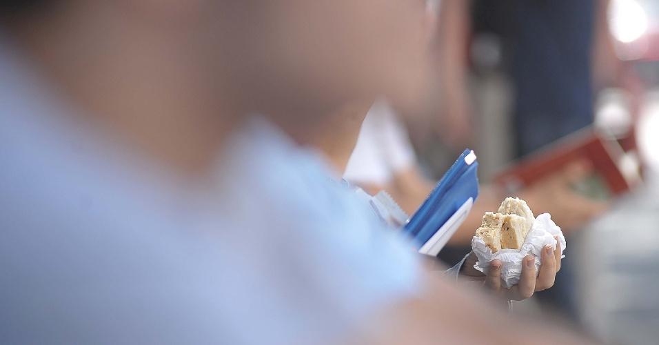Candidatos concorrem a 200 vagas nos cursos de administração de empresas e de administração publica na FGV . Candidatos aguardam a segunda fase da prova na Av Vergueiro em frente a Uninove