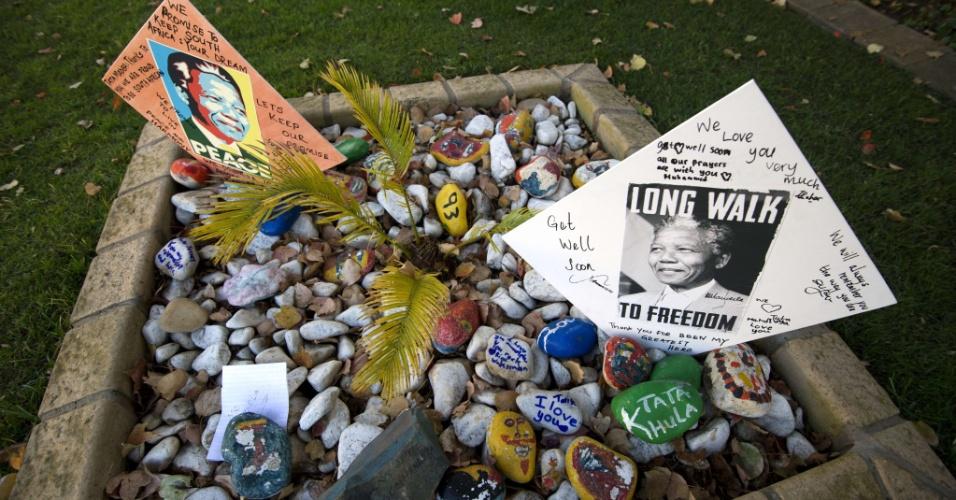 Mensagens para Nelson Mandela foram depositadas na entrada da casa do ex-presidente sul-africano em Johannesburgo neste domingo (9). Mandela, 94, está internado em estado grave, devido a uma pneumonia