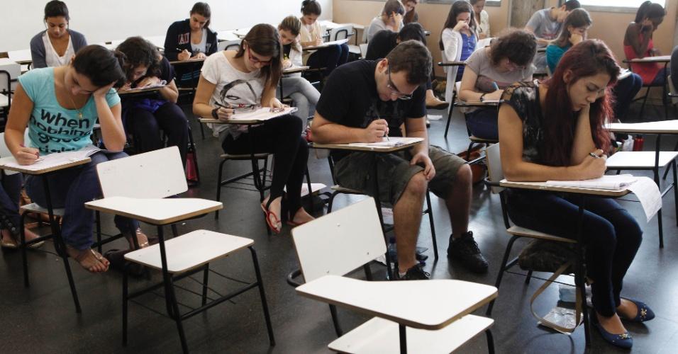 RIO DE JANEIRO - RJ - BRASIL - 09/06/2013 – VESTIBULAR UERJ. Prova de vestibular no Campus da UERJ. Alunos fazem as provas em salas de aula