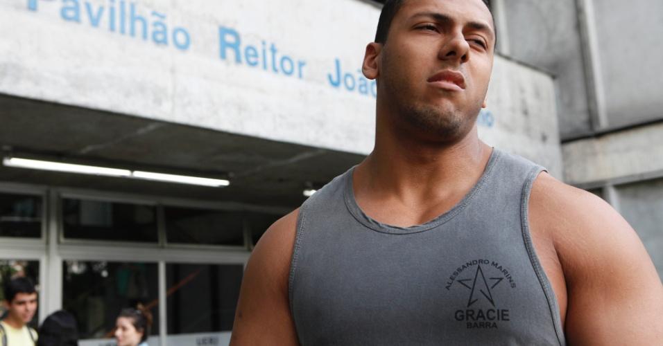 RIO DE JANEIRO - RJ - BRASIL - 09/06/2013 – VESTIBULAR UERJ. Prova de vestibular no Campus da UERJ. David da Silva, 20 anos, fez pro para os Bombeiros