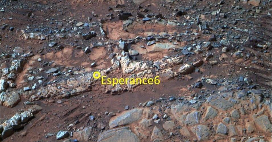"""10.jun.2013 - A sonda Opportunity, da Nasa (Agência Espacial Norte-Americana), encontrou amostras de barro formado em água não-ácida (pH neutro) em uma das rochas mais antigas de Marte, que fica na cratera Endeavour. A análise da Esperance 6 (foto) revela traços de um tipo de água potável que data do primeiro bilhão de anos da história de Marte, quando as rochas estavam se formando com um pH mais neutro, antes que as condições se tornassem mais severas e a água ficasse mais ácida. """"Essa é uma água que podemos beber,"""" explica Steve Squyres, pesquisador da Universidade Cornell e principal cientista da missão"""