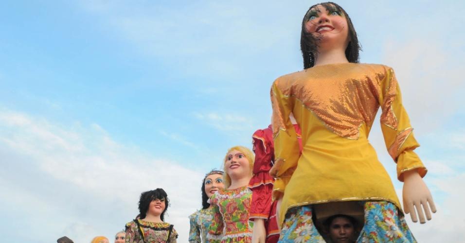 10.jun.2013 - Bonecos gigantes realizam quadrilha junina durante festa de São João em Recife (PE), nesta segunda-feira (10)