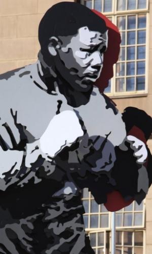 """10.jun.2013 - Estátua 3D recém-inaugurada do ex-presidente sul-africano Nelson Mandela é fotografada em Johannesburgo, em frente de onde ficava o escritório de Mandela, quando era advogado. O herói da luta contra o apartheid permanece no hospital pelo terceiro dia seguido com uma infecção pulmonar, e seu estado de saúde continua """"grave, mas estável"""", inalterado desde sábado (8), informou o governo"""