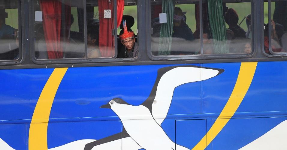 10.jun.2013 - Índios da tribo mundurucu chegam em Brasília para encontro na Fundação Nacional do Índio, nesta segunda-feira. Lideranças da tribo estão na capital federal em busca de negociações com o governo sobre violações aos direitos indígenas