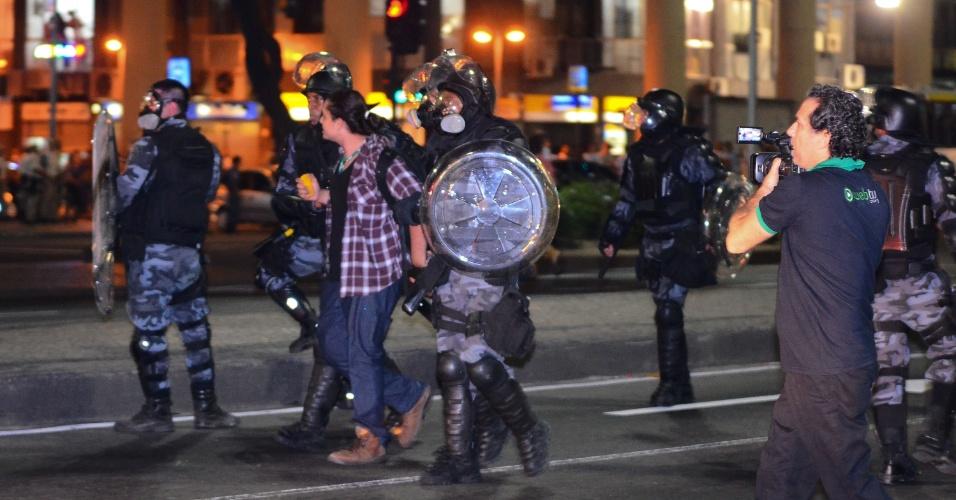 10.jun.2013 - Manifestante é detido pela polícia durante ato na Cinelândia, região central do Rio de Janeiro (RJ), para protestar contra o aumento da passagem de ônibus. Às 18h, a manifestação tomou a avenida Rio Branco e impediu o tráfego de carros na região por alguns minutos. O trânsito já foi liberado, mas o protesto prosseguiu