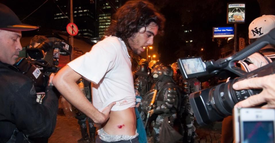 10.jun.2013 - Manifestante mostra ferimento durante ato na Cinelândia, região central do Rio de Janeiro (RJ), para protestar contra o aumento da passagem de ônibus. Às 18h, a manifestação tomou a avenida Rio Branco e impediu o tráfego de carros na região por alguns minutos. O trânsito já foi liberado, mas o protesto prosseguiu