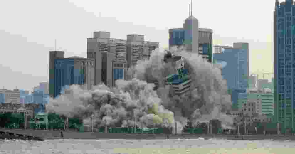 10.jun.2013 - Um hotel desativado de 27 andares é implodido em Qingdao, na província de Shandong, no leste da China, na manhã desta segunda-feira (10) - AFP