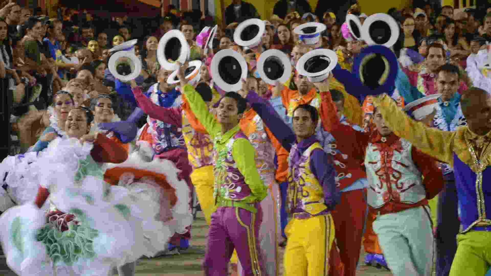 9.jun.2013 - Integrantes do grupo Rosa dos Ventos dançam durante o 18° Festival de Quadrilhas Juninas, realizado em Caruaru (PE) - Fernando Da Hora/LeiaJáImagens/Estadão Conteúdo