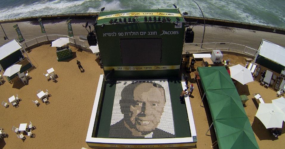04.jun.2013 - Voluntários de Israel tentam quebrar o recorde de maior mosaico do mundo com copos de café. Eles juntaram 6.160 xícaras para montar o rosto de Shimon Peres, presidente do país