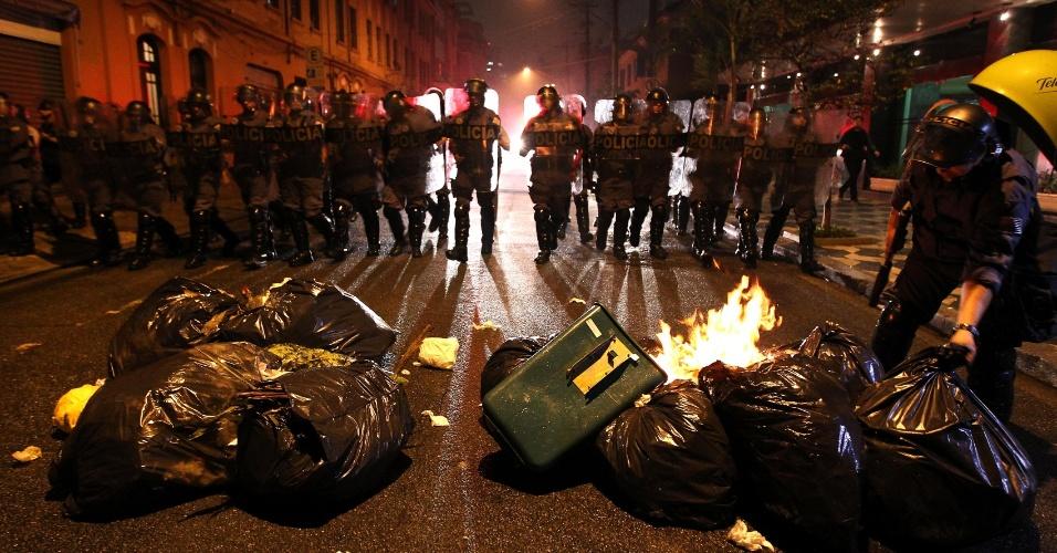 11.jun.2013 - Tropa de Choque da Polícia Militar entra em confronto com manifestantes na rua do Carmo, na Sé, durante protesto contra o aumento das tarifas do transporte público em São Paulo