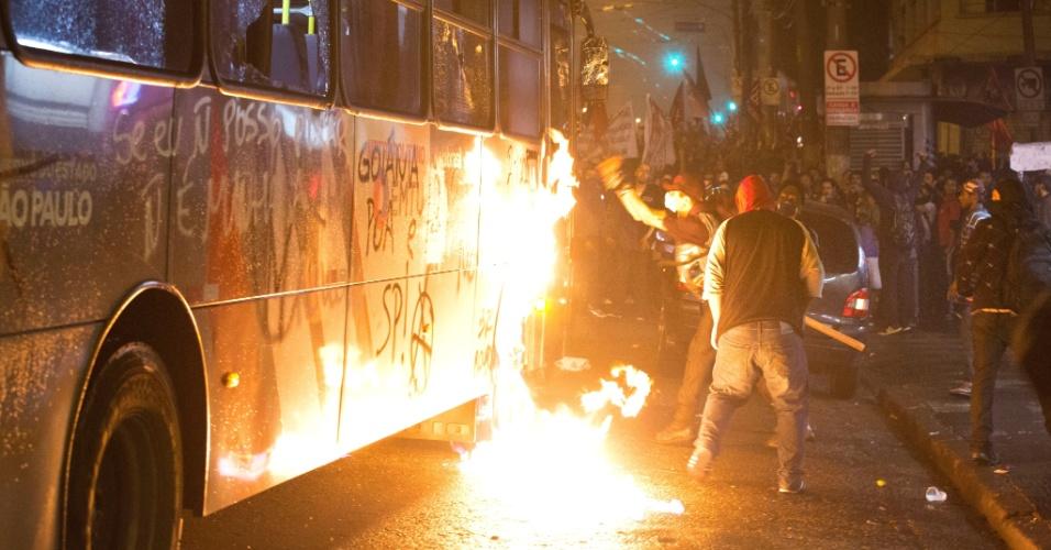 11.jun.2013 - Ônibus intermunicipal é depredado por manifestantes durante protesto contra o aumento da tarifa no transporte público em São Paulo