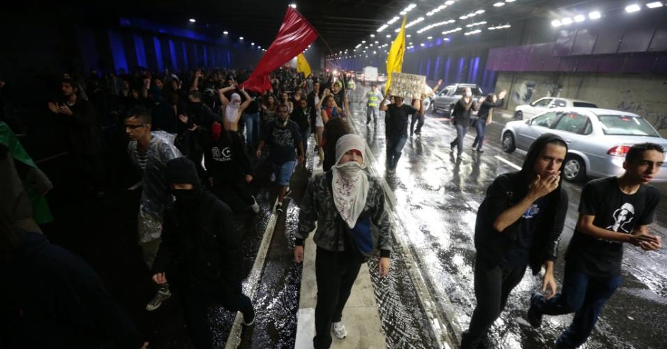 11.jun.2013 - Ativistas tomam a pista sentido leste da ligação Leste-Oeste, no centro, durante protesto pela redução das tarifas do transporte público em São Paulo
