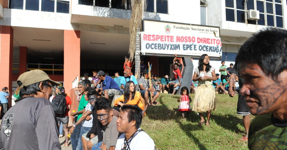 11.jun.2013 - Cerca de 150 índios da etnia munduruku estão acampados em frente à sede da Funai (Fundação Nacional do Índio), em Brasília, na manhã desta terça-feira (11). Eles desembarcaram no Distrito Federal na semana passada para reivindicar a consulta prévia dos povos tradicionais da região, antes da construção de usinas hidrelétricas na região Amazônica