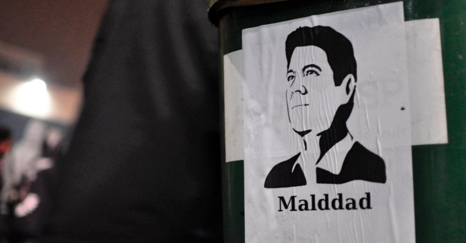 11.jun.2013 - Fernando Haddad (PT), Prefeito de São Paulo, é alvo de sátira em adesivo colado por manifestantes durante protesto contra o aumento das tarifas do transporte público