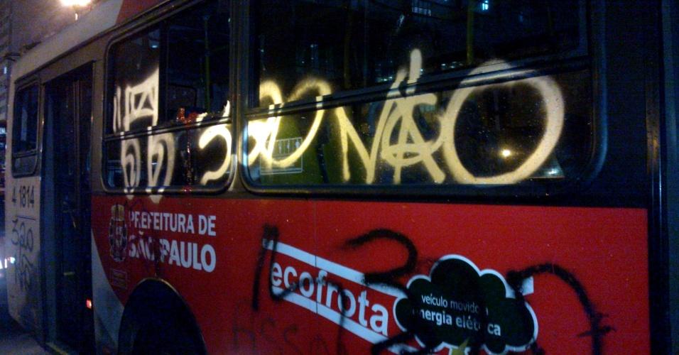 11.jun.2013 - Jovens que protestavam contra o aumento do preço das passagens picharam ônibus na avenida Rangel Pestana, na Sé, na área central de São Paulo