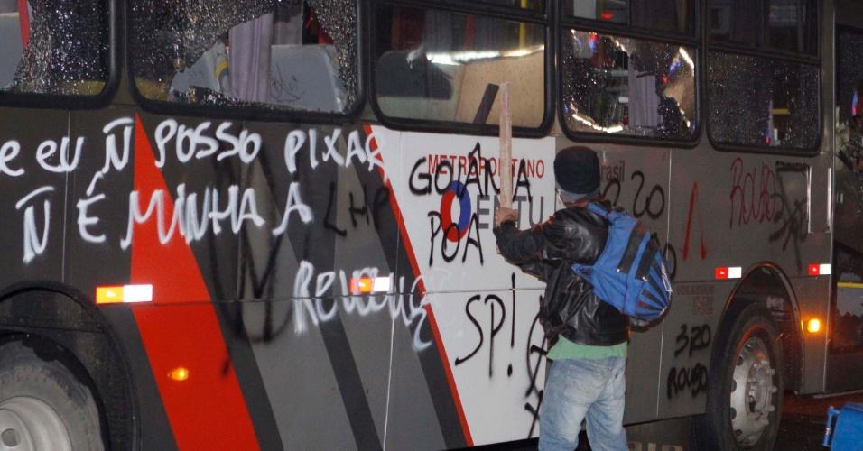11.jun.2013 - Jovens que protestavam contra o aumento do preço das passagens picharam ônibus no centro de São Paulo
