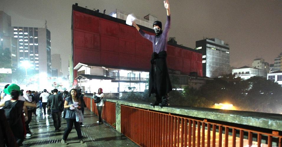 11.jun.2013 - Manifestante se equilibra sobre viaduto durante protesto contra o aumento das tarifas em São Paulo