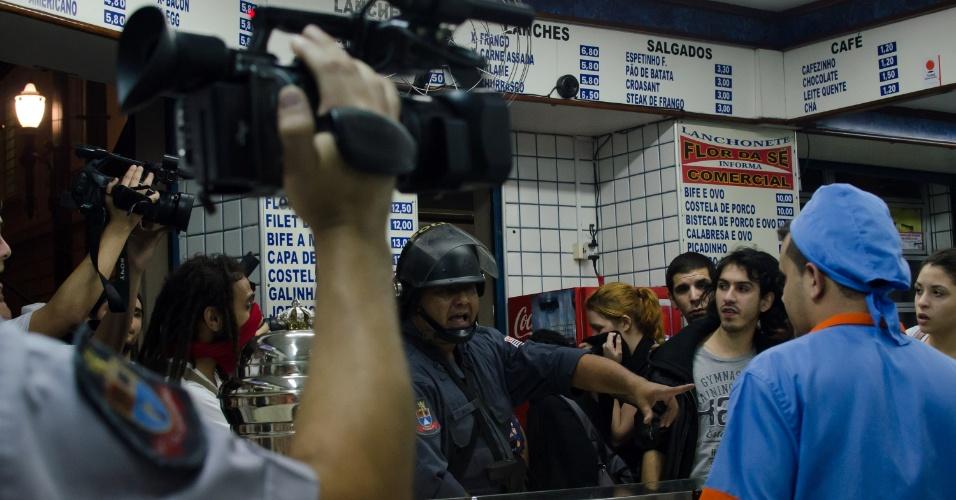 11.jun.2013 - Manifestantes encurralados pela tropa de choque da Polícia Militar se aglomaram em bar na praça da Sé durante protesto contra o aumento das tarifas em São Paulo
