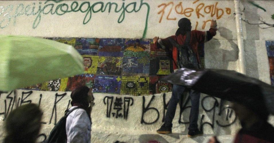 11.jun.2013 - Manifestantes picham muro durante ato contra o aumento das passagens em São Paulo