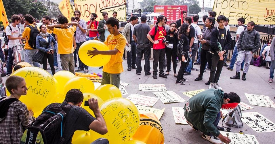 11.jun.2013 - Manifestantes se concentram para protesto contra o aumento das tarifas do transporte público, praça do Ciclista, que fica na avenida Paulista, em São Paulo