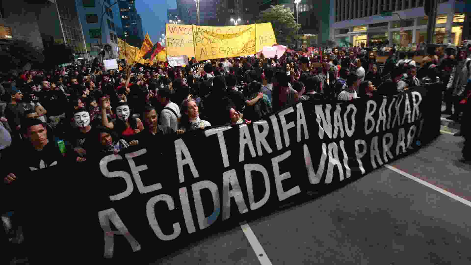11.jun.2013 - Manifestantes tomam a avenida Paulista, na altura da praça do Ciclista, durante protesto pela redução das tarifas do transporte público em São Paulo - Fabio Braga/Folhapress
