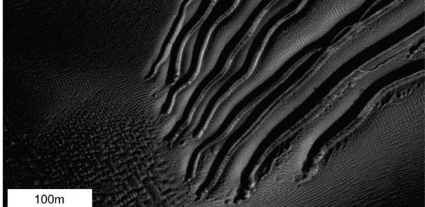 Pedaços de gelo seco podem ter deslizado pelas dunas marcianas causando sulcos na superfície do planeta - Nasa/JPL-Caltech/Univ.do Arizona