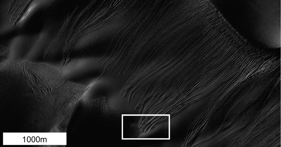 """11.jun.2013 - Pesquisa da Nasa (Agência Espacial Norte-Americana) indica que pedaços de dióxido de carbono congelado - gelo seco - podem ter deslizado pelas dunas marcianas causando sulcos. Os cientistas chegaram a esta conclusão na tentativa de explicar sulcos misteriosos vistos por imagens do """"Mars Reconnaissance Orbiter"""" e com simulações em dunas de areia em Utah e na Califórnia.Os sulcos nas encostas de Marte chamados de barrancos lineares têm largura relativamente constante por metros. Isso fez os pesquisadores acreditarem que os sulcos não eram causados por água corrente, que carrega detritos conforme escorre, mas por um objeto que escavou um sulco, empurrando o material para os lados. As imagens também revelaram geada de dióxido de carbono durante o inverno marciano sobre as dunas. Acredita-se que, na primavera, o gelo seco possa virar gás após moldar as dunas"""