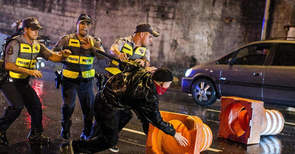 11.jun.2013 - PMs reprimem manifestante durante protesto contra o aumento das tarifas em São Paulo