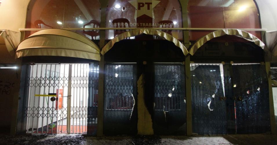 11.jun.2013 - Sede do diretório nacional do PT (Partido dos Trabalhadores) na rua Silveira Martins, na Sé, em São Paulo, é depredada durante manifestação contra o aumento das tarifas